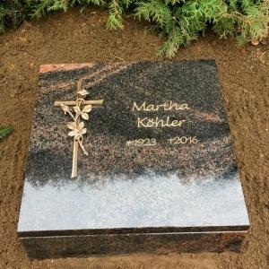 komplett  geschlossenes Urnengrab mit Kreuz und Rose aus Bronze