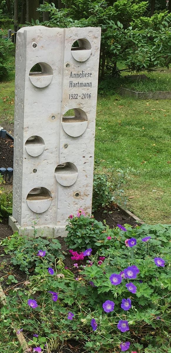 Kalksteinstele mit Durchbrüchen und Wasserbecken sowie Pflanzschalen als Skulptur
