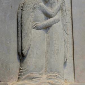 2 Engel sich umarmend auf Wolke 2016, Relief individuelle Gesichter nach Photos der Verstobenen, heller Kalkstein Kundenauftrag