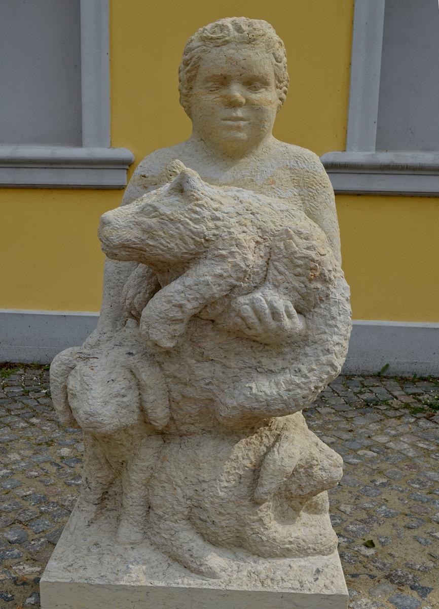 Putto mit 2 Schafen und Wolf auf dem Arm