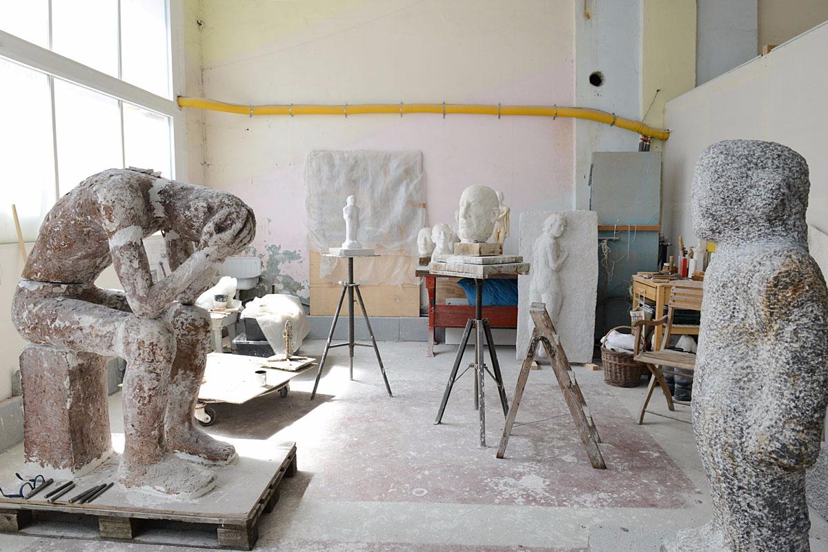 Blick in das Atelier der Bildhauerin Emerita Pansowova mit mehreren Skulpturen
