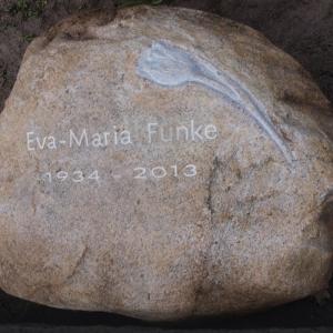 Grabstein in Form eines Findlings mit Motiv Tulpe