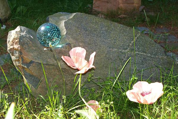Findling als Grabstein für Urne mit Glaskugel Preis 550 Euro