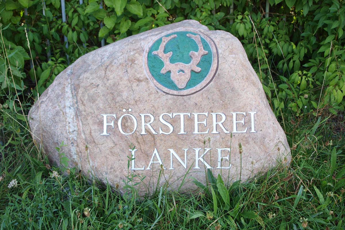 Findling auf grünem Rasen mit Schriftzug Försterei Lanke