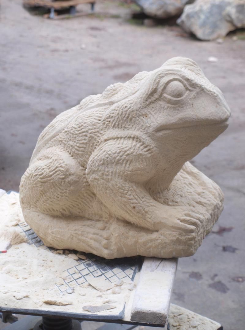 Tierskulptur aus hellem Sandstein in Form eines Frosches