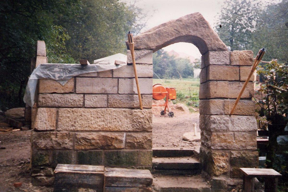Stein-Tor zum Garten der geliebten Steine im Freien