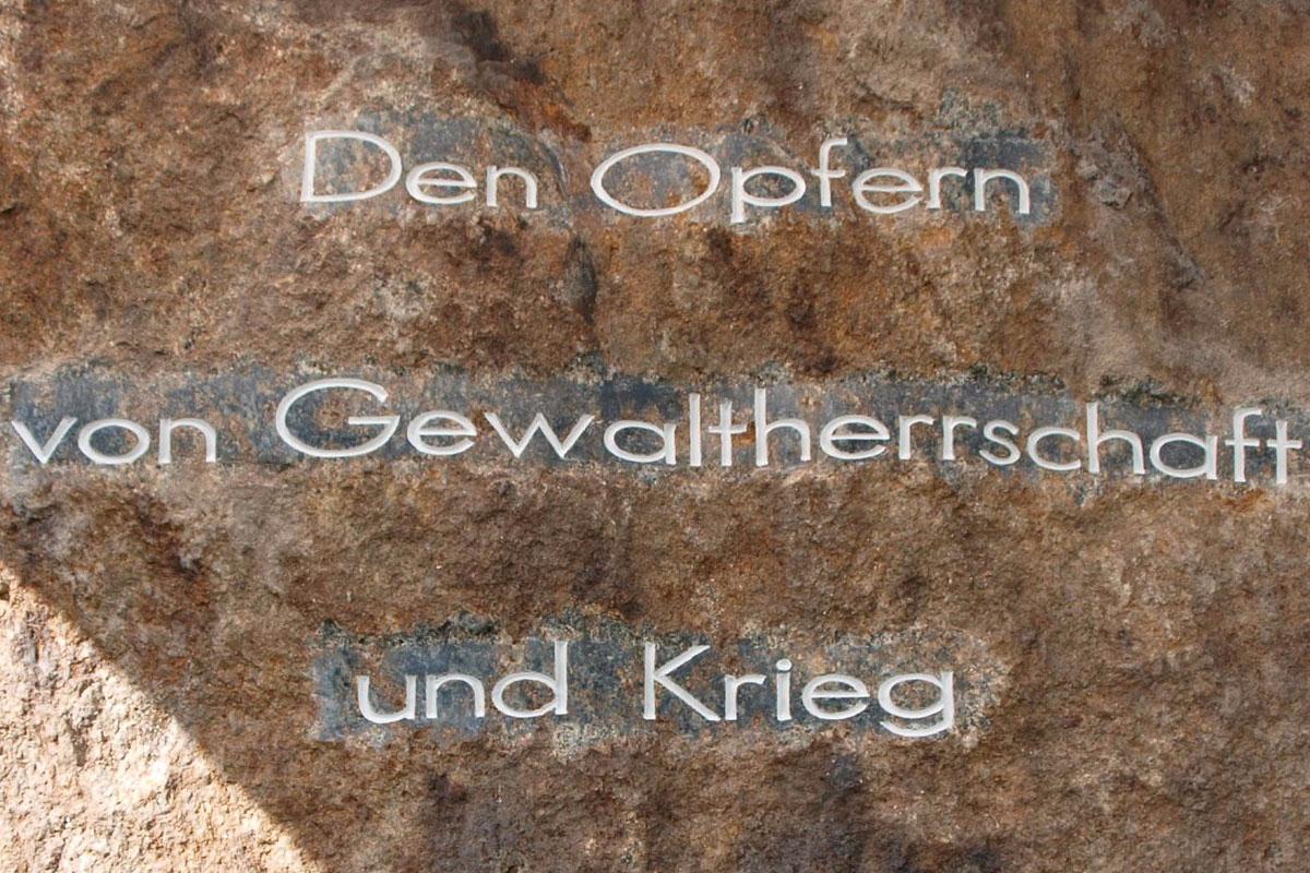 Gedenkstein mit Schriftzug Den Opfern von Gewaltherrschaft und Krieg