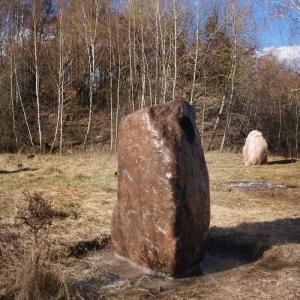 Drei große Steine auf freiem Feld
