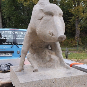 Skulptur eines Wildschweins auf Anhänger