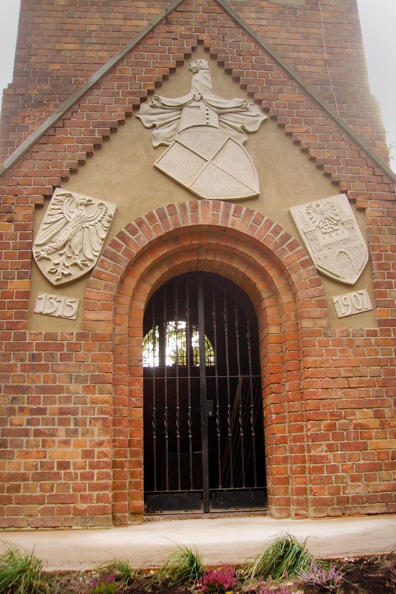 Eingang rotes Backsteingebäude Kaiser- Friedrich-Gedächtnisturm nach der Restaurierung der drei Wappen