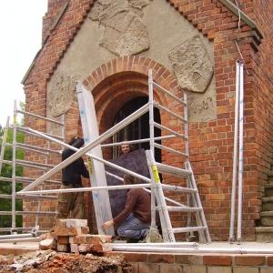 Eingang rotes Backsteingebäude Kaiser- Friedrich-Gedächtnisturm vor der Restaurierung