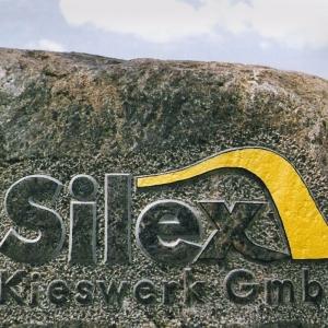 Findling mit gelbem Logo und Schriftzug der Firma Kieswerk Lanke
