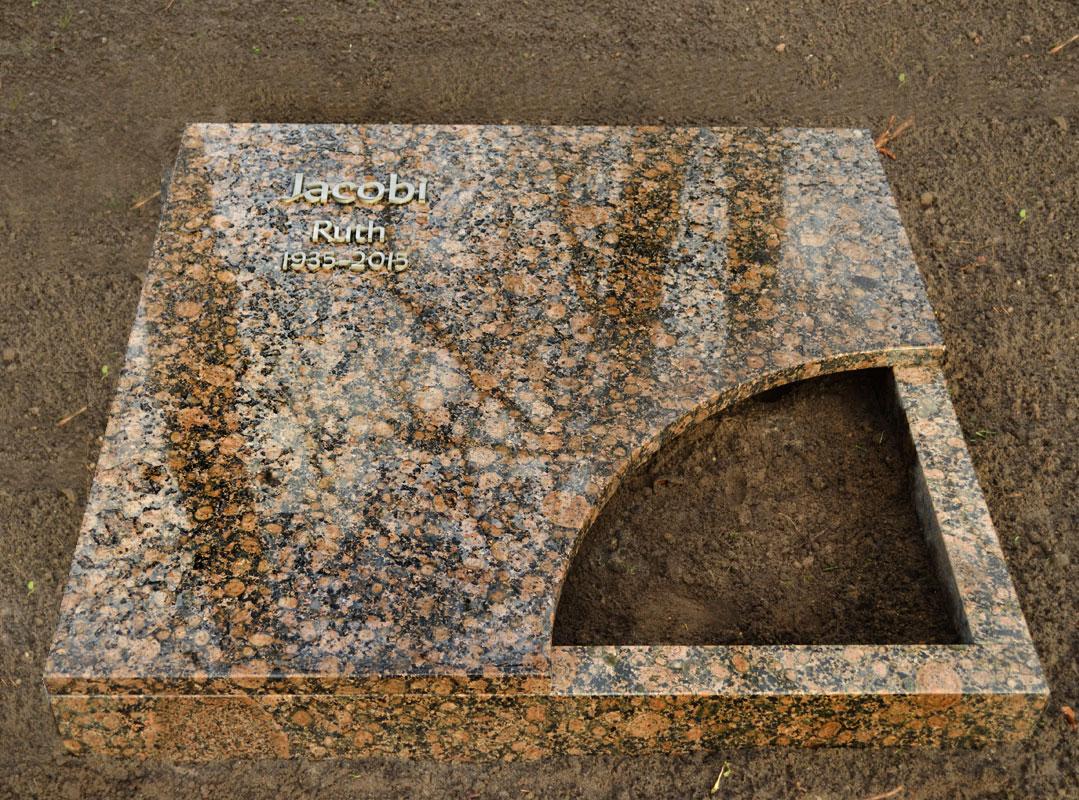 Grabstein als Komplettabdeckung mit frei gelassenem Pflanzenviertelkreis