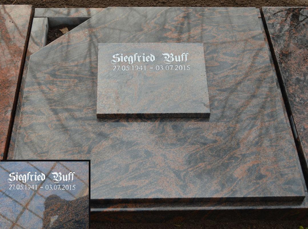 Grabstein als Komplettabdeckung mit frei gelassenem Pflanzenviertelkreis und abnehmbarem Schriftkeil