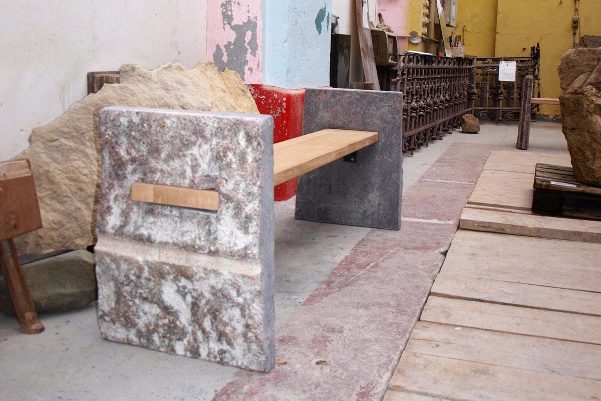 Bank aus Gneis-Stein und Eiche in Werkstatt