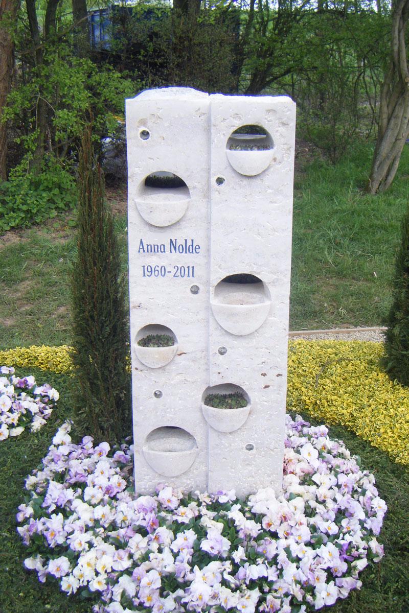 Grabstein als Schale zur Bepflanzung aus Jurakalkstein und Glas für 4500 Euro