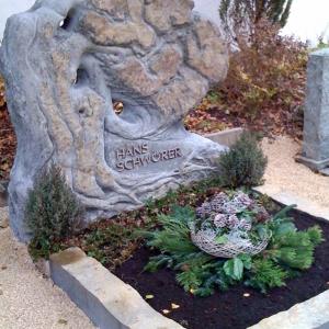 Grabstein in Form eines Lebensbaumes auf Friedhof