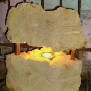 Lampe aus Stein mit brennender Kerze in Werkstatt