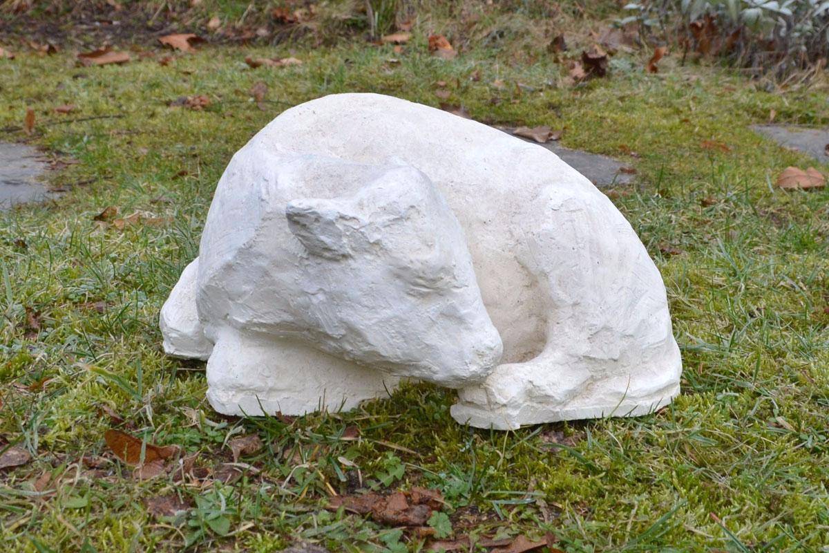 Tierskulptur aus Gips in Form eines liegenden Kalbes