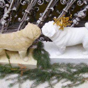 Skulptur eines Mops aus Sandstein und Gipsmodell