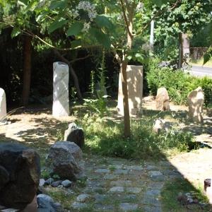 Ausstellung von verschiedenen Grabsteinen / Stelen in Kreisform auf dem Gelände des Steinwerks