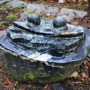 Grabstein aus Findling in Form eines Bootes mit zwei Personen für 1950 Euro