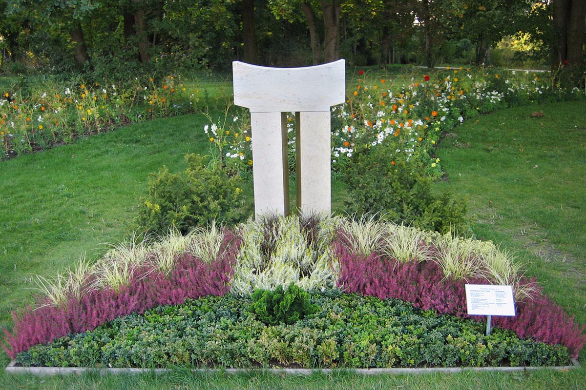 Grabstein Pforte mit herbstlicher Bepflanzung