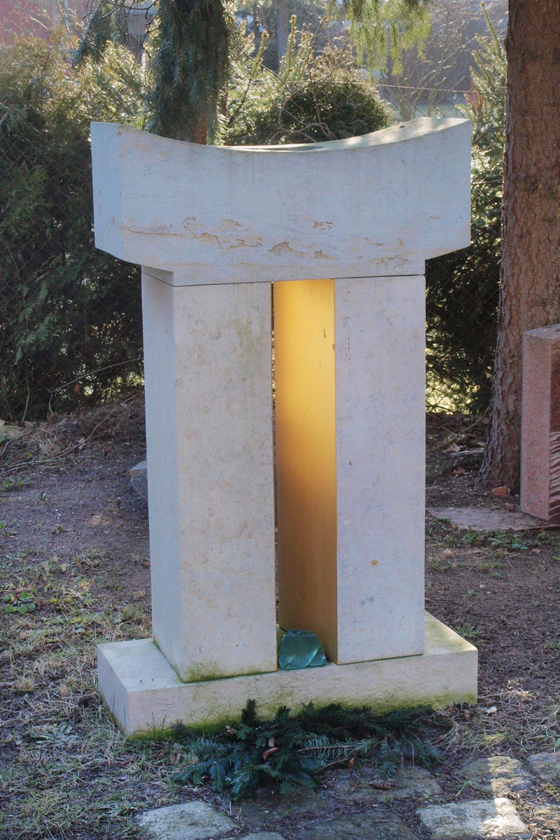 Grabstein als Stele in Form einer Pforte für 3800 Euro