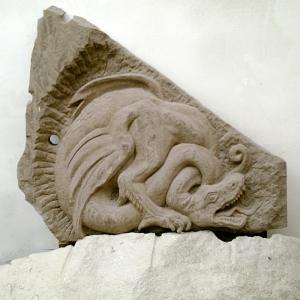 Relief eines Drachens aus Sandstein