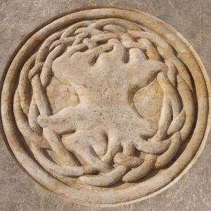 Relief eines keltischen Baumes als Kreis