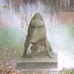 Skulptur eines Ebers im Wald