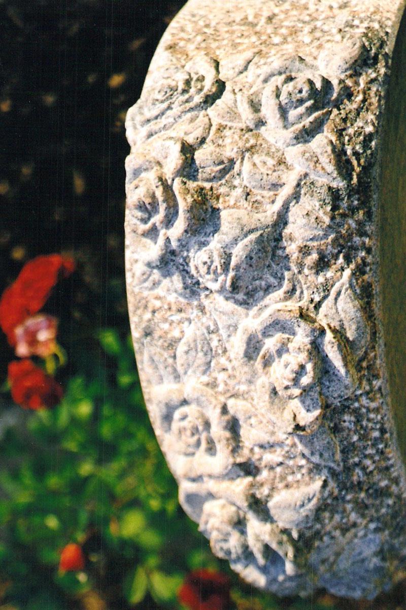 Grabstein für Urne mit Rosen aus Migmatit für 1200 Euro