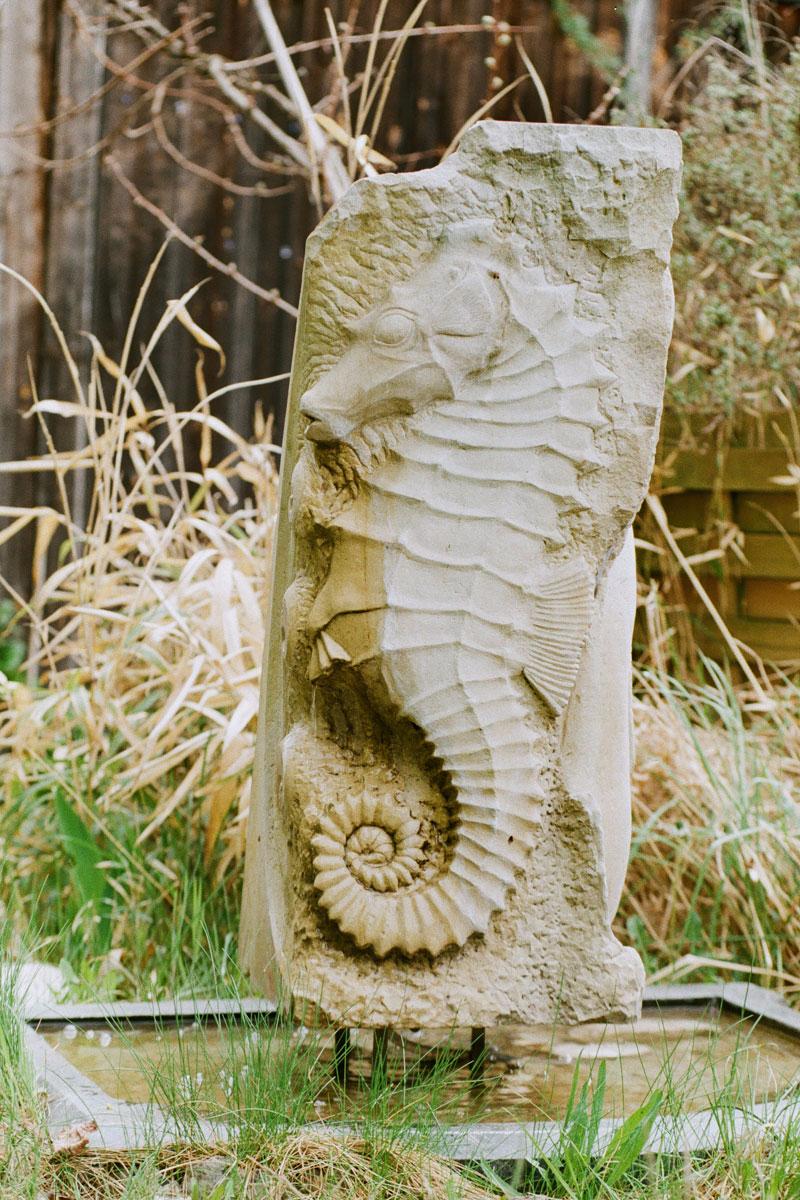 Brunnen aus Sandstein in Form eines Seepferdchens