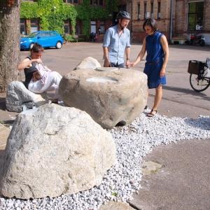 Tischskulptur aus Findlingen mit Wasserspiel im Freien mit 3 Personen