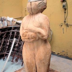 Skulptur aus Holz mit Titel Artemis