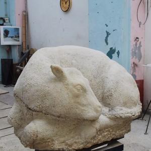 Skulptur aus Kalkstein mit Titel Das goldene Kalb in Werkstatt
