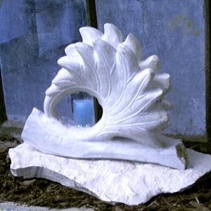 Skulptur in Form eines Blattes aus weißem Kalkstein