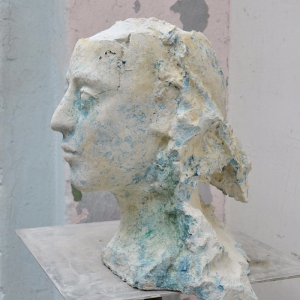 Skulptur eines Mädchen Kopfes aus Beton