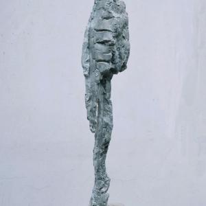 Skulptur aus eton mit Titel Reisende