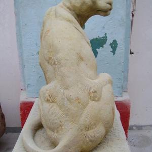 Skulptur aus Sandstein  in Form eines sitzenden Jaguars
