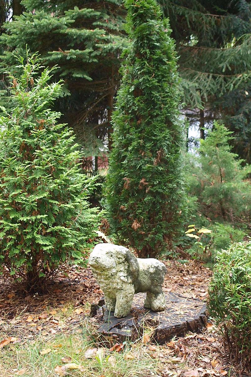Skulptur in Garten mit Bäumen in Form eines Widders