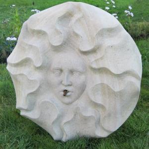 Wasserspeier aus weißem Sandstein in Form einer Sonne
