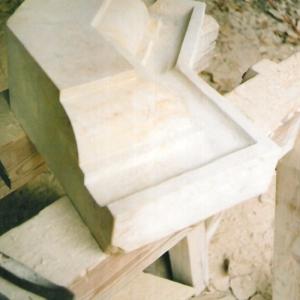 Steinmetzstück aus weißem Sandstein in Werkstatt