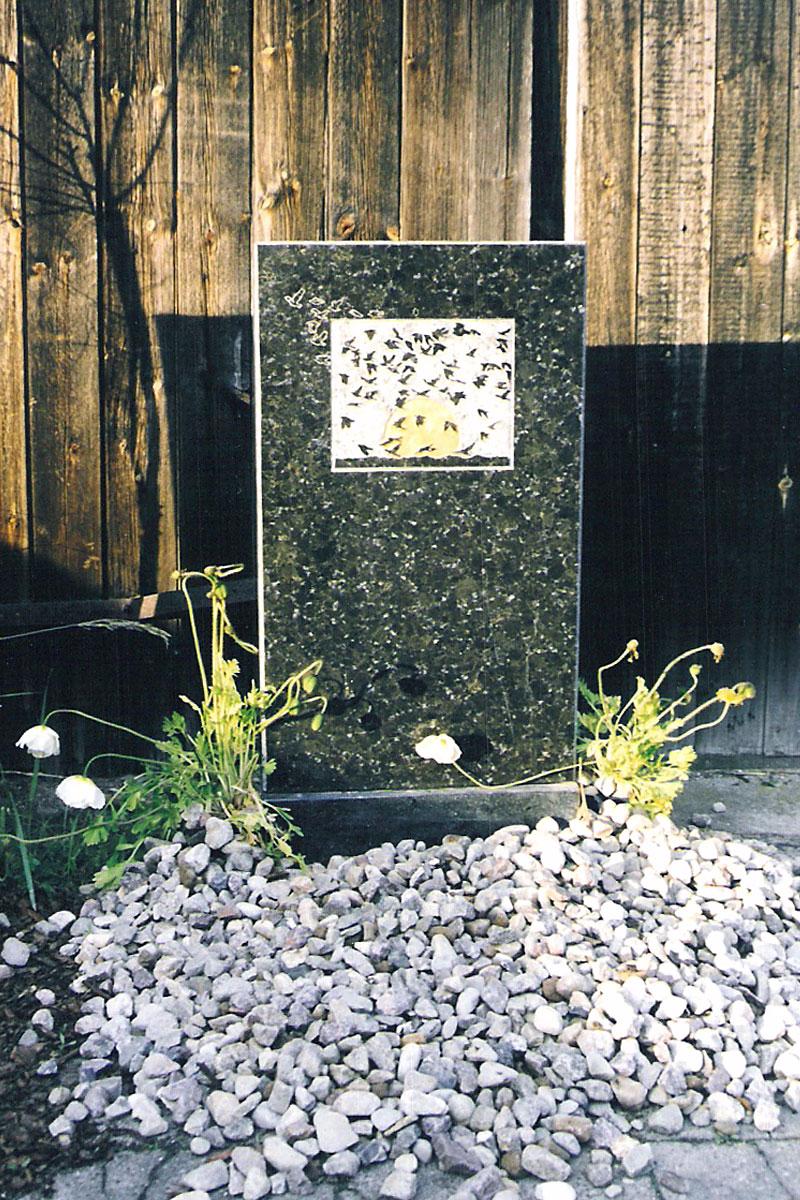 Stele als Grabstein mit Vogelschwarm mit Blattgold verziert für 1700 Euro