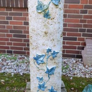 Stele als Grabstein mit Efeu umrankt für 1450 Euro