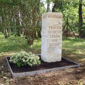 Grabstein als Stele aus hellem Sandstein mit Efeuranken