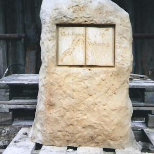 Grabstein als Stele aus Sandstein in Form eines Felsens mit Buch