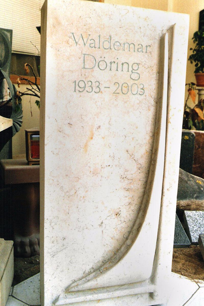 Grabstein als Stele aus hellem Sandstein mit angedeutetem Segelschiff