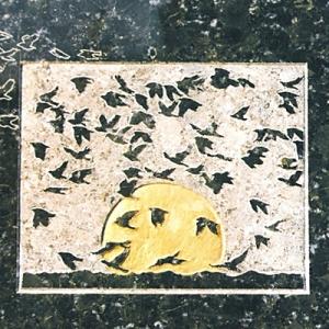 Ausschnitt Stele Vogelschwarm mit Blattgold verziert für 1700 Euro