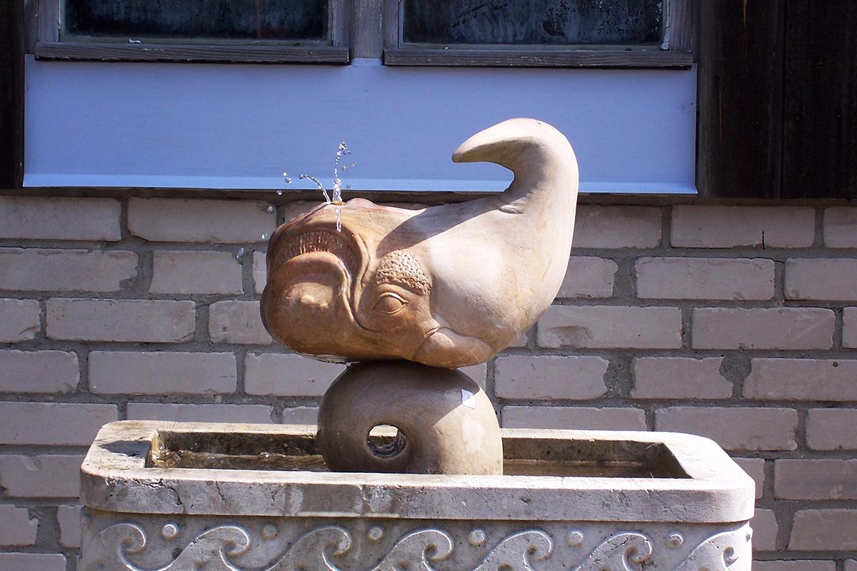 Brunnen mit Becken aus Sandstein in Form eines Wals